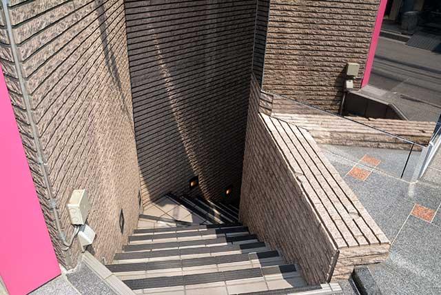 そちらのビルの地下1階が「DANCERS COLLECTION 原宿 本店」になります。